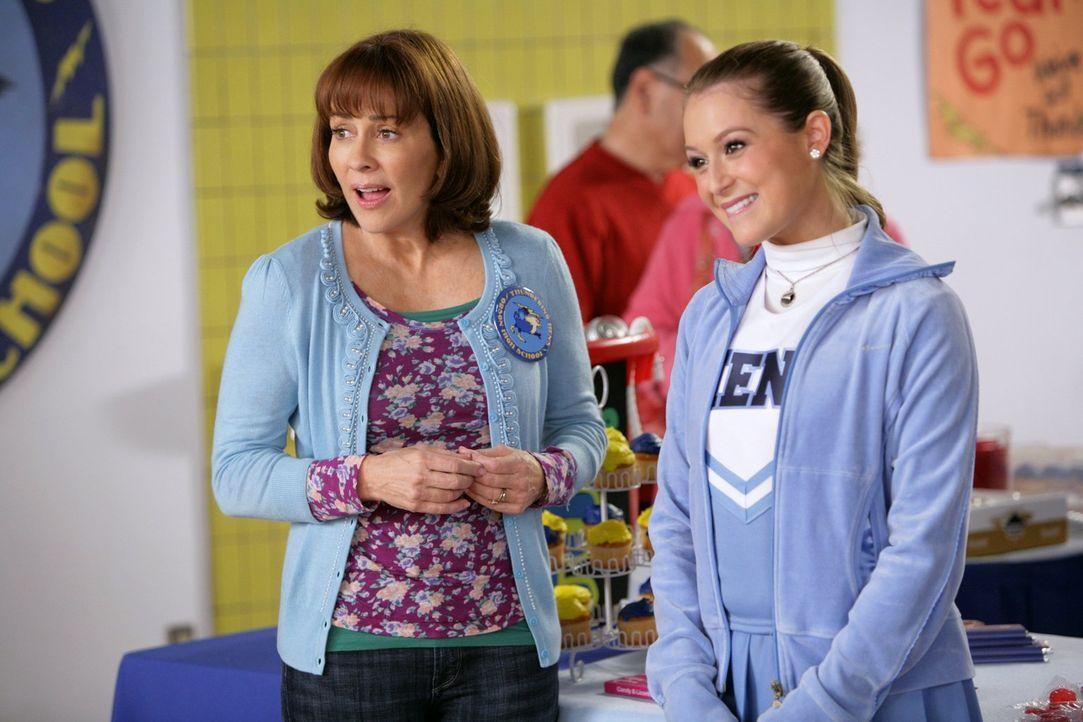 Frankie (Patricia Heaton, l.) macht Bekanntschaft mit der Cheerleaderin Morgan (Alexa Vega, r.), die, zur Überraschung aller, die neue Freundin von... - Bildquelle: Warner Brothers