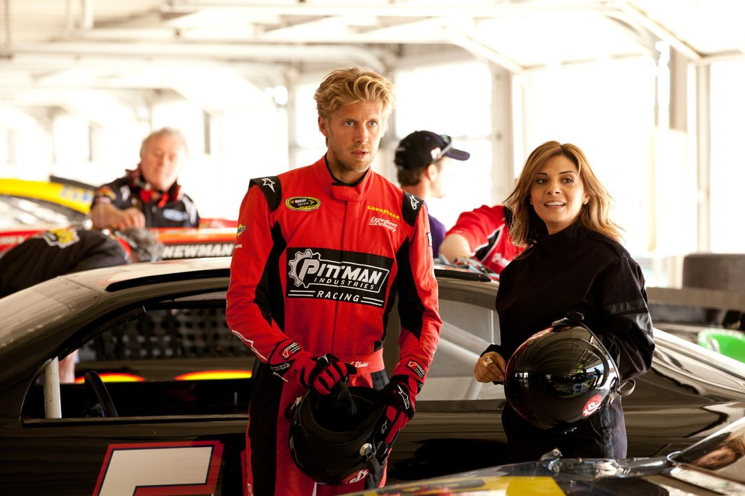 Danis (Callie Thorne, r.) nächster Klient ist Billy (Matt Barr, l.), ein NASCAR-Fahrer, welcher nach einem schweren Abflug in eine Mauer unter Pani... - Bildquelle: 2011 Sony Pictures Television Inc. and Universal Network Television LLC.  All Rights Reserved.