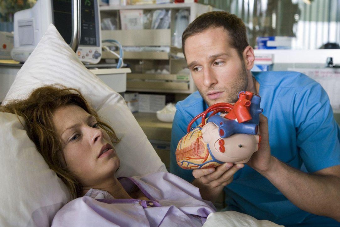 Jens (Lee Rychter, r.) erklärt Klara Wulfert (Isabelle Gerschke, l.) den Vorgang der Operation. - Bildquelle: Mosch Sat.1