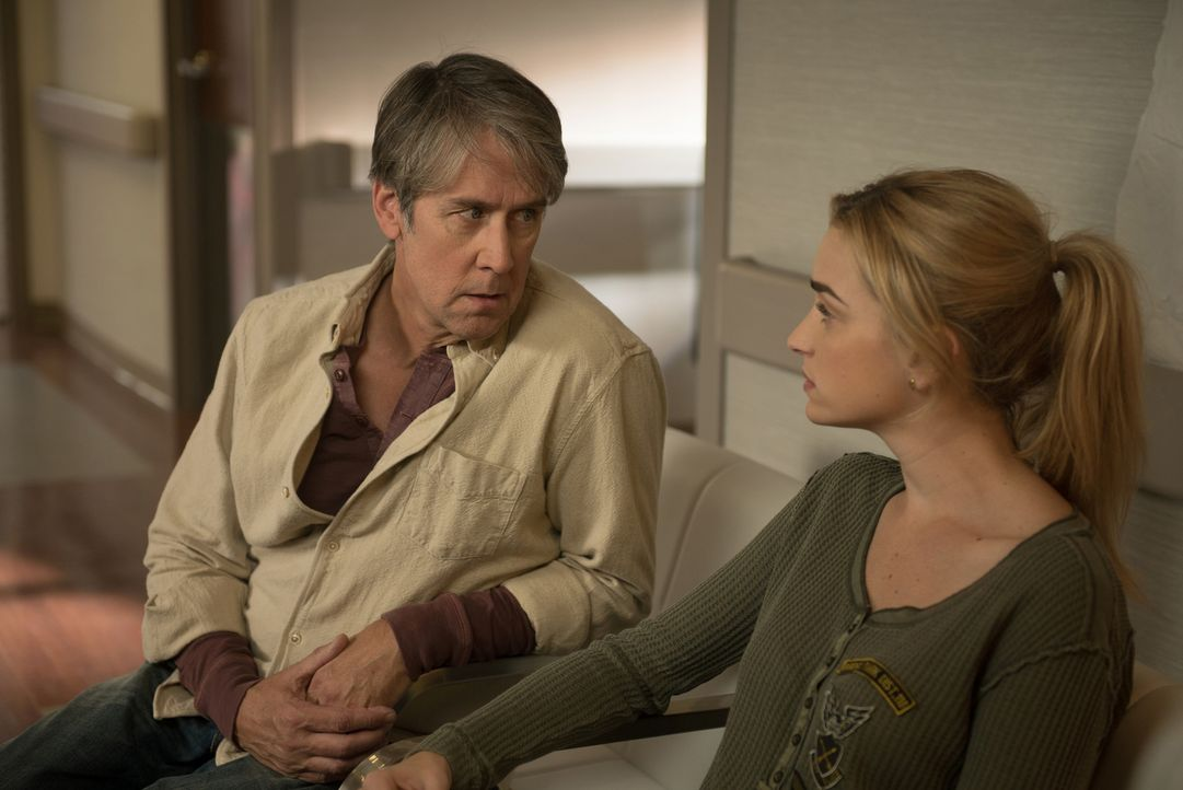 Geben ihr Bestes, um Casey zu helfen, auch wenn sie gegen den Dämon direkt nichts ausrichten können: Henry (Alan Ruck, l.) und Kat (Brianne Howey, r... - Bildquelle: 2016 Fox and its related entities.  All rights reserved.