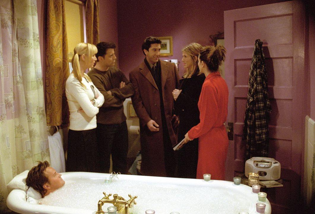 Während der König der duftenden Schaumbäder, Chandler (Matthew Perry, vorne), sein Bad genießt, diskutieren Ross (David Schwimmer, M.) und Rache... - Bildquelle: TM+  WARNER BROS.