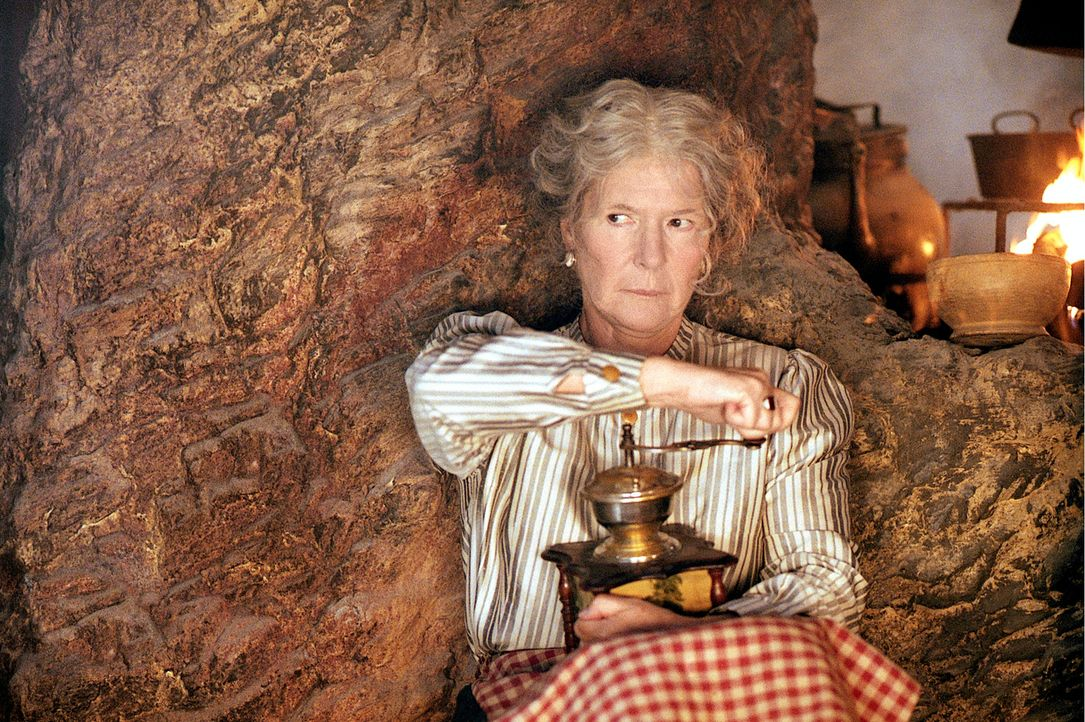 Jeden Tag sitzt die Großmutter (Christiane Hörbiger) und mahlt frischen Kaffe mit ihrer Mühle ? doch das soll sich bald ändern ? - Bildquelle: Constantin Film Produktion GmbH