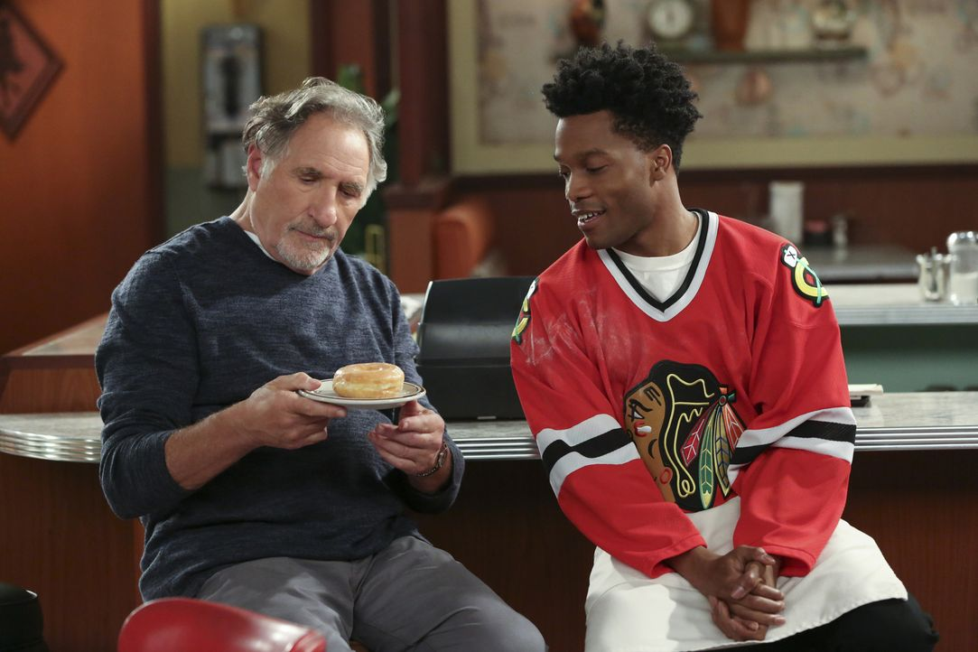 Auch wenn es Arthur (Judd Hirsch, r.) gefällt, dass Franco (Jermaine Fowler, l.) neue Kunden für den Donutladen anwerben will, gefallen ihm die sond... - Bildquelle: Michael Yarish 2016 CBS Broadcasting, Inc. All Rights Reserved.