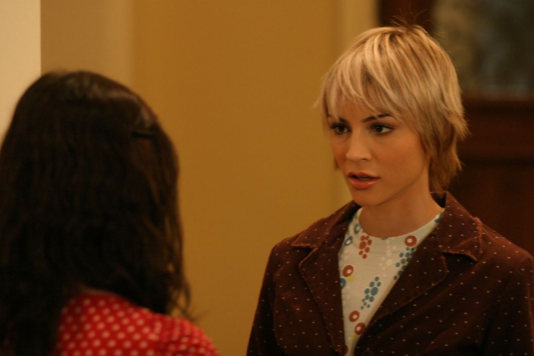 Anna (Samaire Armstrong, r.) verkündet, dass sie zurück nach Pittsburgh gehen will und Seth ist überzeugt, dass sie seinetwegen geht ... - Bildquelle: Warner Bros. Television
