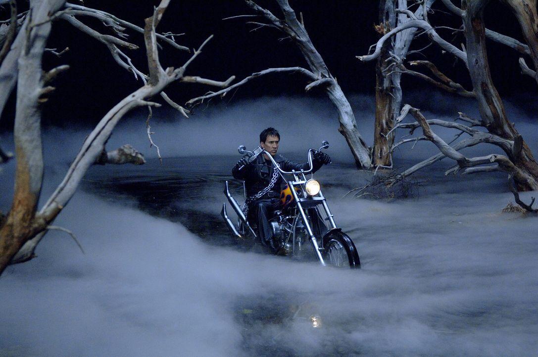 Um seinem krebskranken Vater das Leben zu retten, geht der junge Draufgänger Johnny Blaze (Nicolas Cage) einen unheilvollen Pakt mit dem Teufel ein... - Bildquelle: 2007 CPT Holdings, Inc. All Rights Reserved. (Sony Pictures Television International)