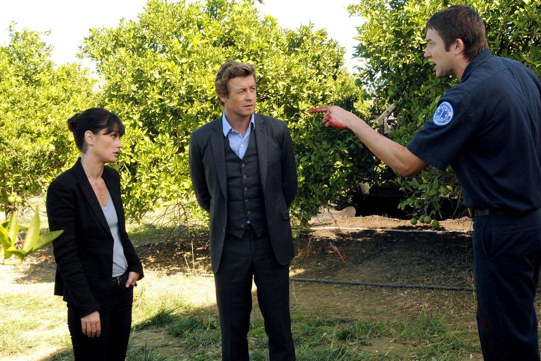 Die Ermittlungen sind im vollen Gange: Teresa (Robin Tunney, l.), Patrick (Simon Baker, M.) und Todd (Josh Braaten, r.) ... - Bildquelle: Warner Bros. Television