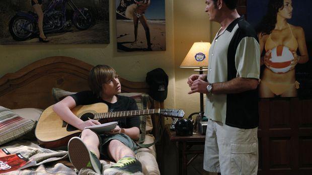 Jake (Angus T. Jones, l.) will seine vergraulte Freundin Celeste zurück haben...