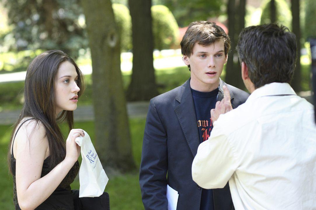 Auf seiner neuen Schule lernt Charlie (Anton Yelchin, M.) Susan (Kat Dennings, l.) kennen, die Tochter des Direktors (Robert Downey jr., r.). Dem ge... - Bildquelle: 2007 KIMMEL DISTRIBUTION LLC. ALL RIGHTS RESERVED.