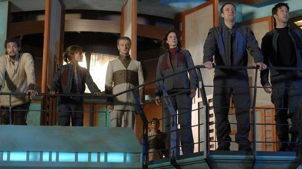 Als Ronon (Jason Momoa, l.), Teyla (Rachel Luttrell, 2.v.l.), Dr. Weir (Torri...
