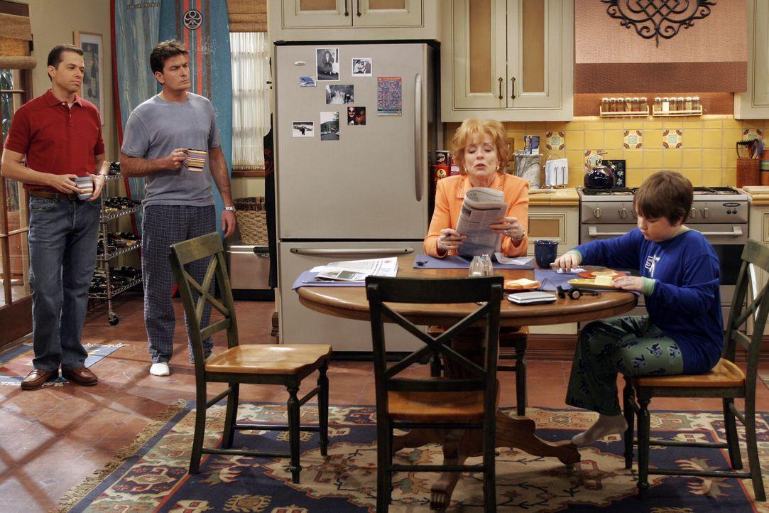 Evelyn (Holland Taylor, 2.v.r.) erfährt vom Tod ihres zweiten Ehemannes Harry. Gemeinsam mit ihren Söhnen Charlie (Charlie Sheen, 2.v.l.) und Alan... - Bildquelle: Warner Bros. Television