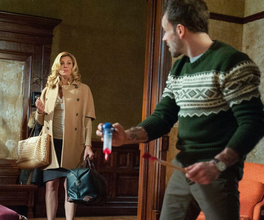 Während der Ermittlungen in einem neuen Fall, hilft Sherlock Holmes (Jonny Lee Miller, r.) einer transsexuellen Frau (Candis Cayne, l.) dabei, übe... - Bildquelle: CBS Television