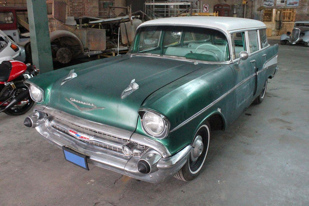 Jim kommt mit seinem 1957er Chevrolet Bel Air zu Dan in die Werkstadt, um ein paar Schönheitsreparaturen machen zu lassen, doch dann zeigen sich doc... - Bildquelle: Javier Rivera New Dominion Pictures LLC.