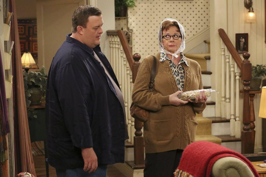 Wissen nicht genau, was sie von Mollys Plan halten sollen: Mike (Billy Gardell, l.) und Peggy (Rondi Reed, r.) ... - Bildquelle: Warner Brothers