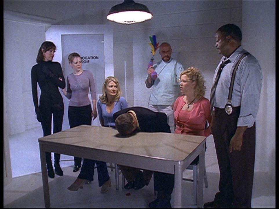 Sabrina (Melissa Joan Hart, 2.v.l.) bringt Martha (Lisa Darr, l.) ins Museum für kosmischen Schrott, um Zelda (Beth Broderick, 3.v.l.), Mr. Kraft (... - Bildquelle: Paramount Pictures