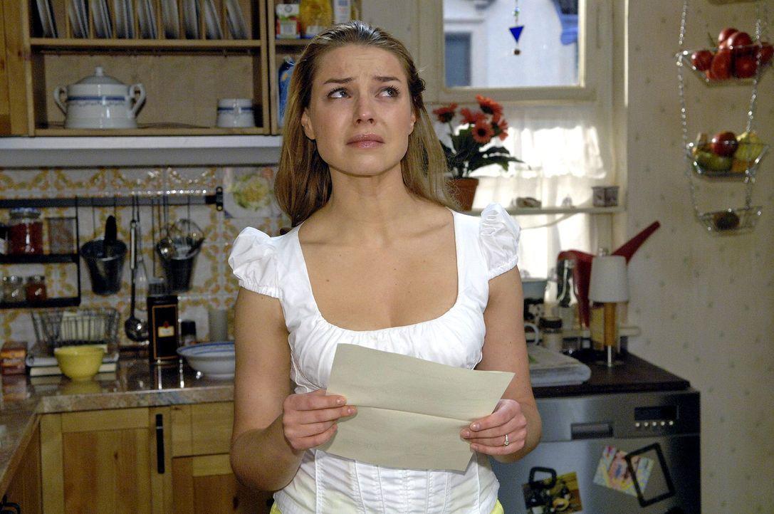Katja (Karolina Lodyga) ist schockiert, als sie die irrtümlich ausgestellte Hochzeitsurkunde in die Hände bekommt ... - Bildquelle: Claudius Pflug Sat.1