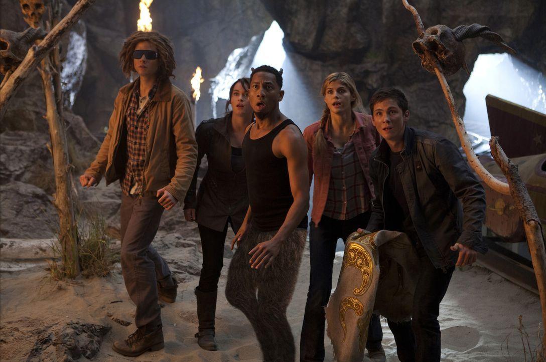 Zusammen mit seinen Freunden Annabeth (Alexandra Daddario, 2.v.r.), Grover (Brandon T. Jackson, M.), Clarisse (Leven Rambin, 2.v.l.) und Halbbruder... - Bildquelle: 2013 Twentieth Century Fox Film Corporation.  All rights reserved.