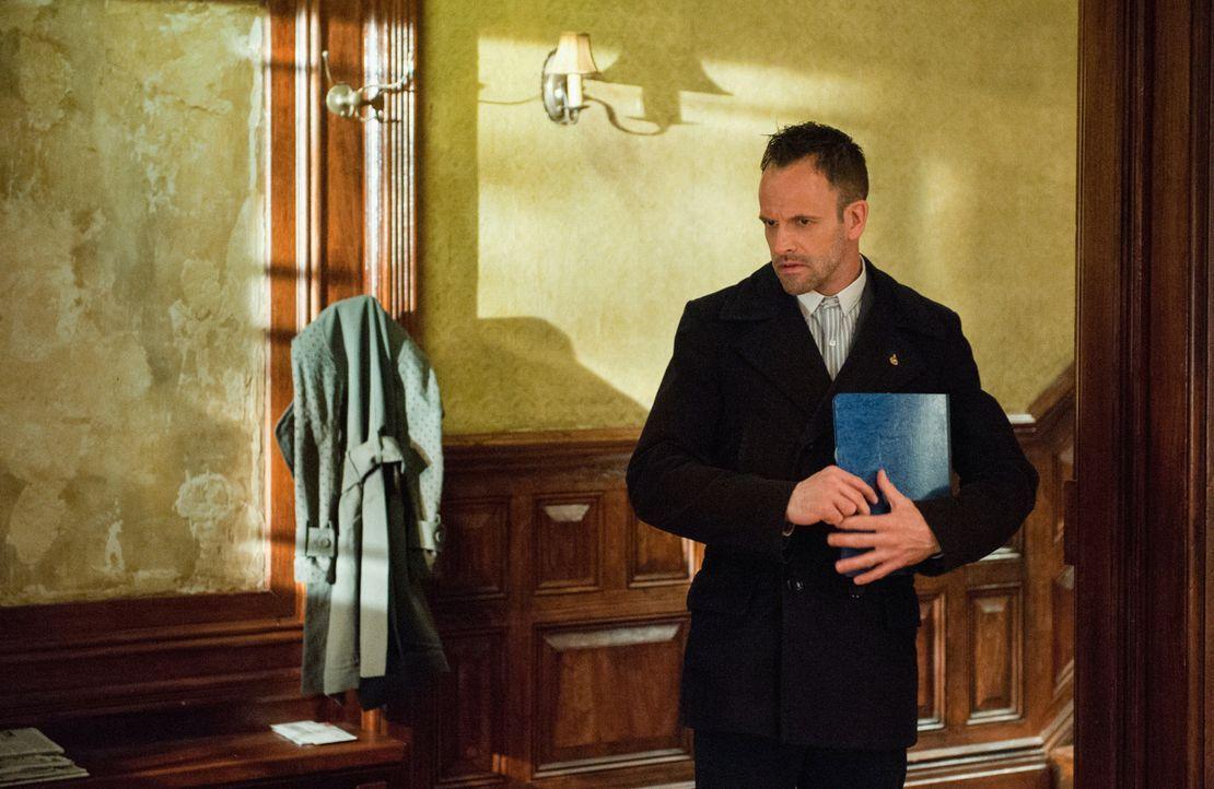 Nachdem Sherlock Holmes (Jonny Lee Miller) erfahren hat, dass sein Bruder Mycroft für den britischen Geheimdienst arbeitet, warten weitere Überrasch... - Bildquelle: CBS Television