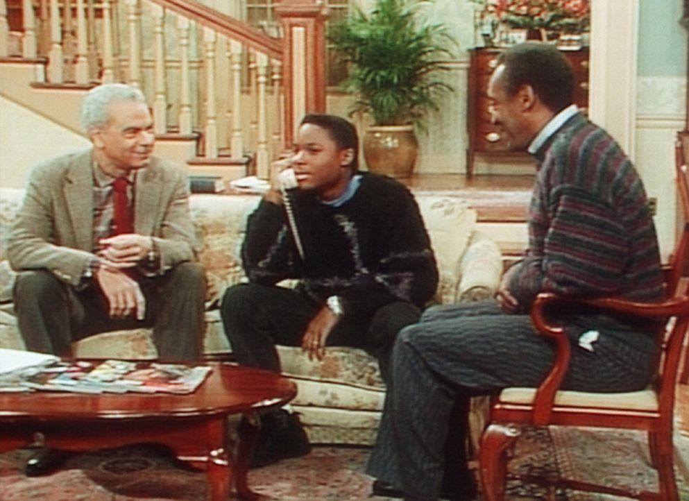 Auch Theo (Malcolm-Jamal Warner, M.) scheint sich zum Schürzenjäger zu entwickeln. Vater Cliff (Bill Cosby, r.) und Großvater Russell (Earle Hyma... - Bildquelle: Viacom