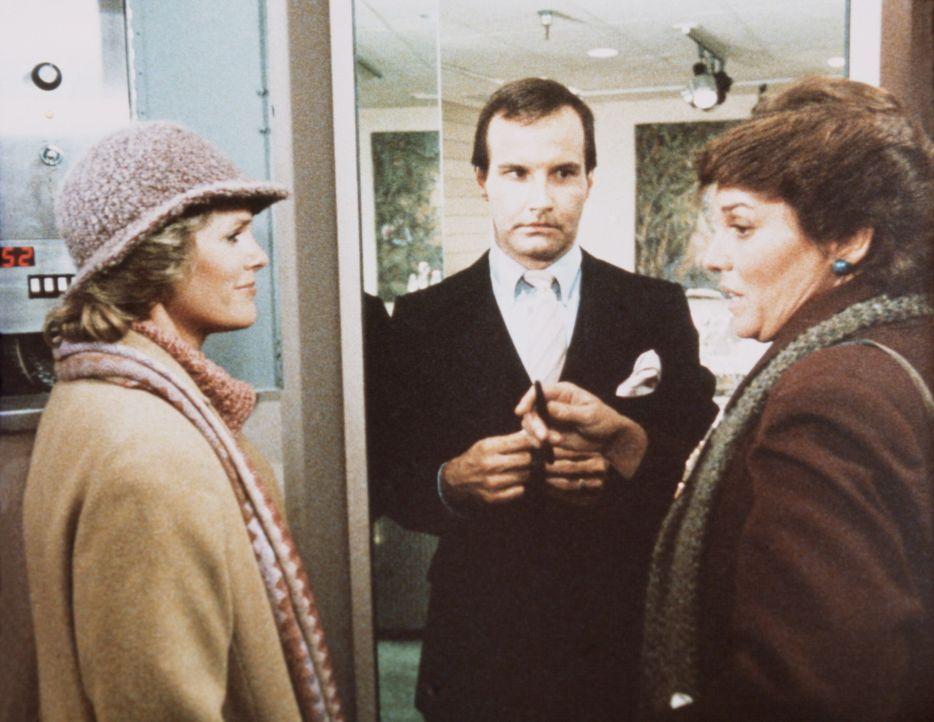 Cagney (Sharon Gless, l.) und Lacey (Tyne Daly, r.) befragen den exklusiven Juwelier Meyers (Mark L. Taylor), dessen Geschäft überfallen wurde. - Bildquelle: ORION PICTURES CORPORATION. ALL RIGHTS RESERVED.