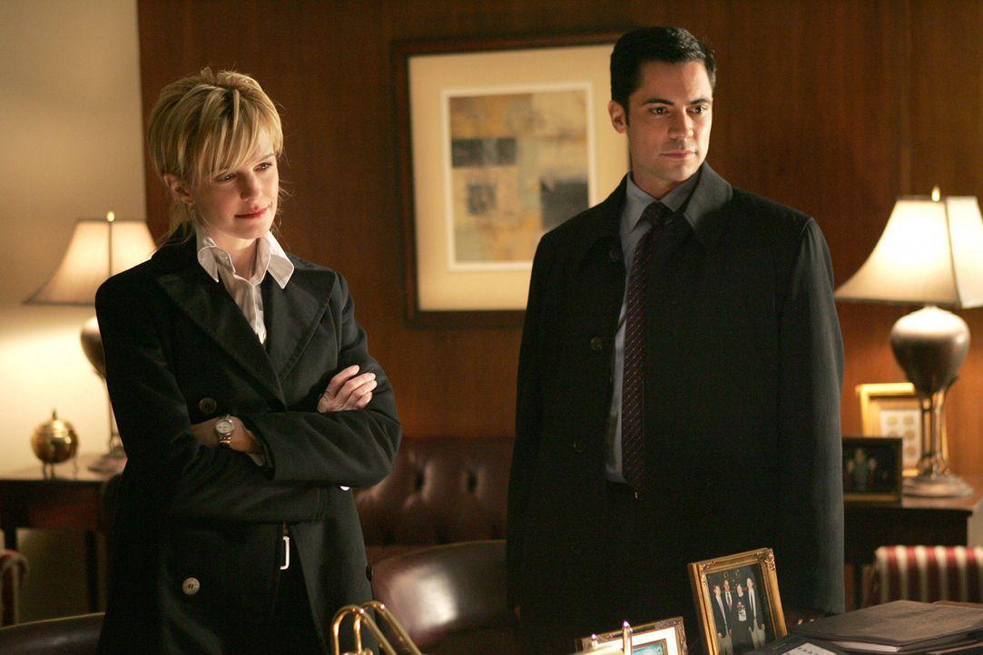 Det. Scott Valens (Danny Pino, r.) und Det. Lilly Rush (Kathryn Morris, l.) sind gemeinsam auf Spurensuche ... - Bildquelle: Warner Bros. Television
