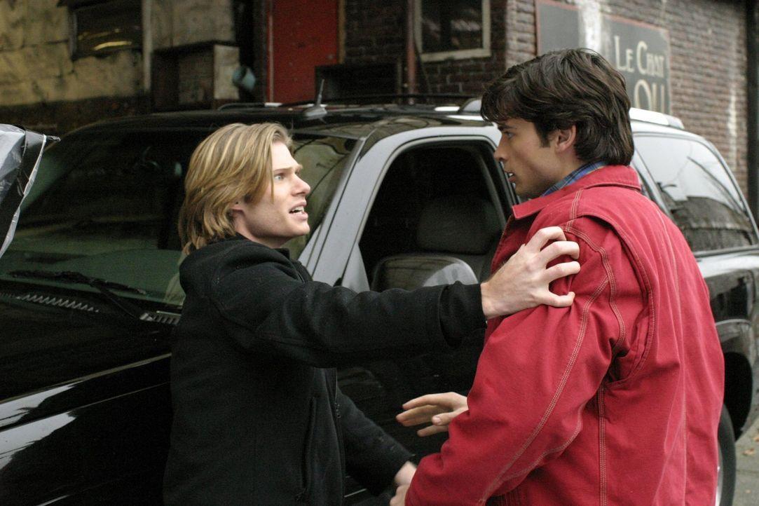 Während Lois für Coop`s Tod verantwortlich gemacht wird, erfährt Clark (Tom Welling, r.) eine unangenehme Wahrheit über seinen neuen Freund Geoff (C... - Bildquelle: Warner Bros.