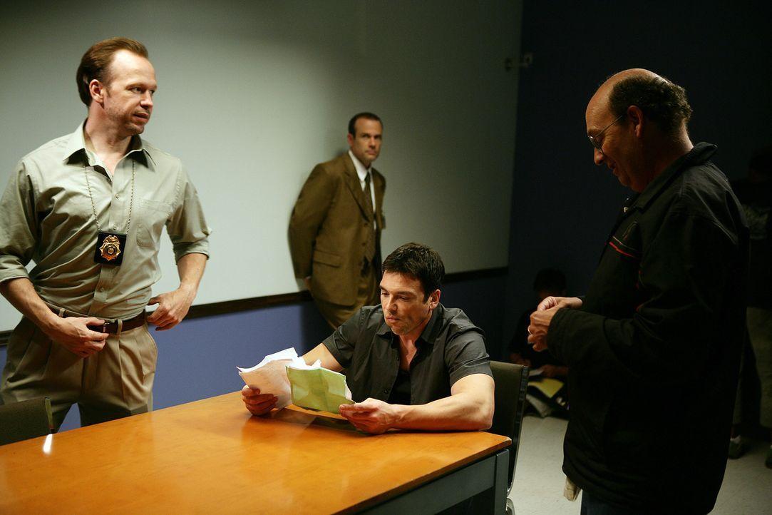 Gauner Chris Troiano (Jason Gedrick, sitzend) ist mittlerweile Dauergast bei der Polizei ... - Bildquelle: Sony 2007 CPT Holdings, Inc.  All Rights Reserved.