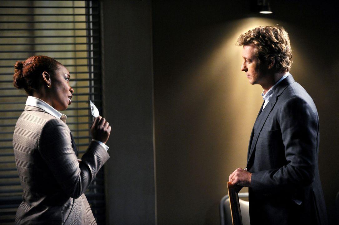 Die Leiche eines Privatlehrers wird an seinem Arbeitsplatz gefunden, neben ihm ein mysteriöses rotes Kästchen, das sich jedoch als leer herausstel... - Bildquelle: Warner Bros. Television