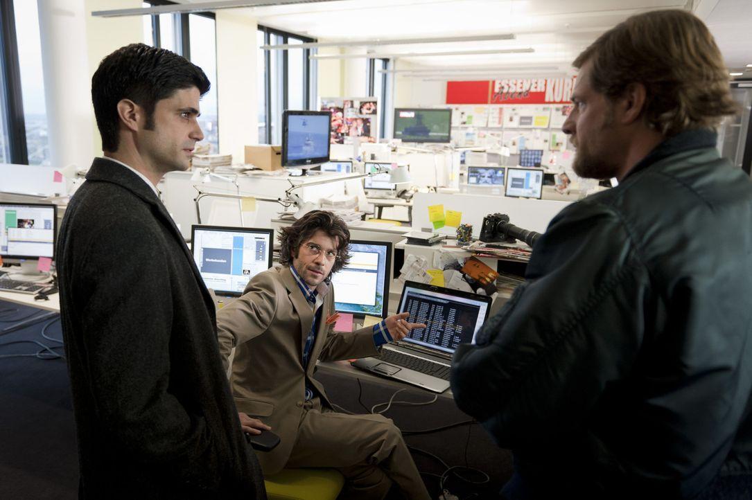 Schon bald kommt Mick (Henning Baum, r.) und Andreas (Maximilian Grill, l.) der Verdacht, dass der Chefredakteur Lienhardt Kröb (Xaver Hutter, M.)... - Bildquelle: SAT.1