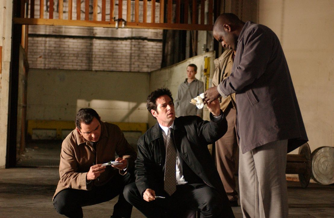 Auf einer heißen Spur: Don Eppes (Rob Morrow, M.) und David Sinclair (Alimi Ballard, r.) ... - Bildquelle: Paramount Network Television