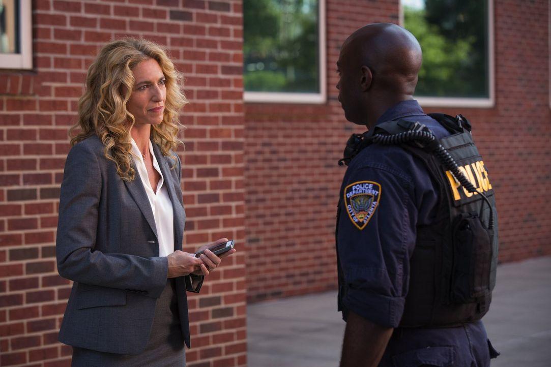 Sabine (Claudia Black, l.) macht Lex (David Gyasi, r.) klar, dass ihr größter Feind zurzeit die aufkeimende Angst ist. Doch was soll die Polizei dag... - Bildquelle: Warner Brothers