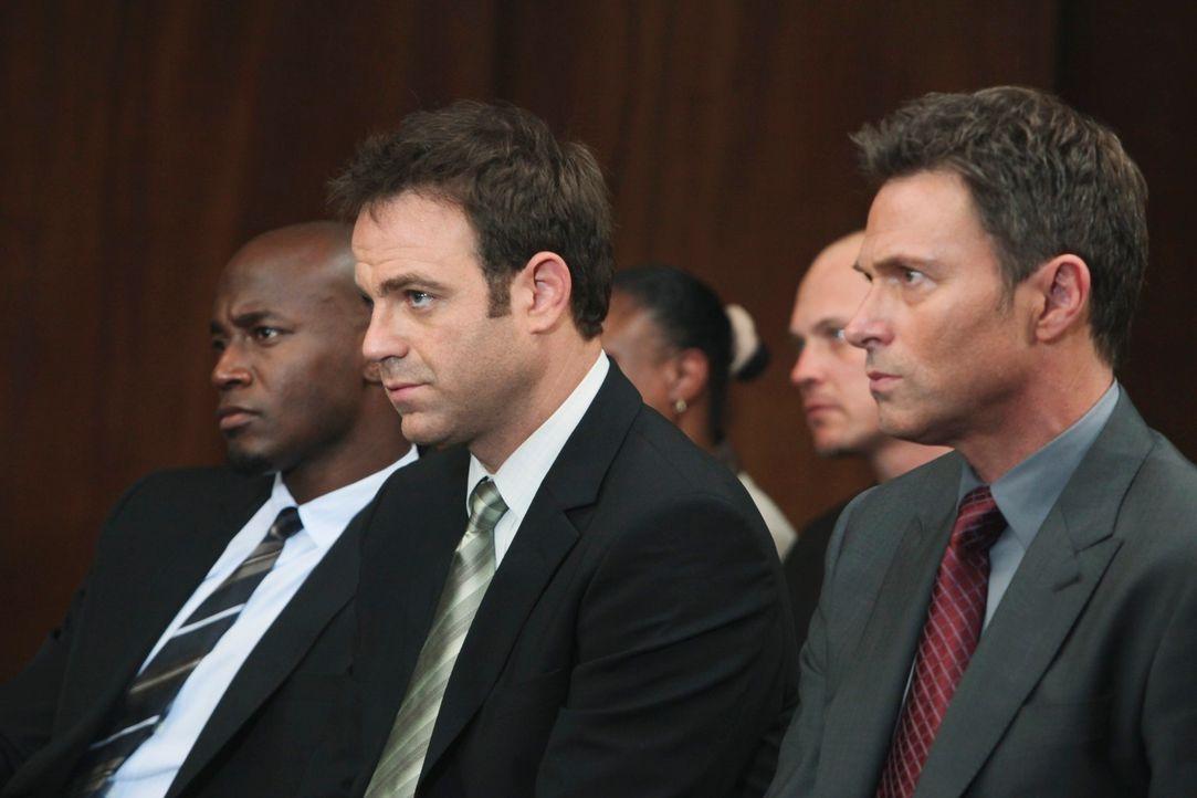 Stehen Violet im Prozess bei: Pete (Tim Daly, r.), Cooper (Paul Adelstein, M.) und Sam (Taye Diggs, l.) ... - Bildquelle: ABC Studios