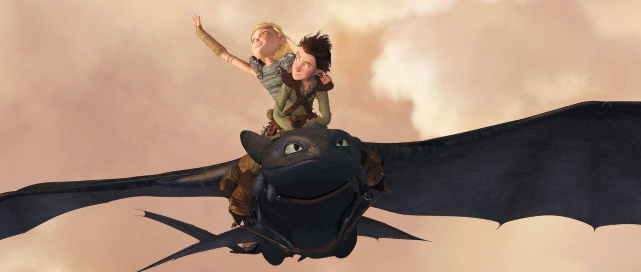 Abheben Richtung Wolke 7: Der Wikingerjunge Hicks (v.) beeindruckt die mutige Dorfmitbewohnerin Astrid (h.) mit dem Flug auf seinem gezähmten Drach... - Bildquelle: 2012 by DreamWorks Animation LLC. All rights reserved.