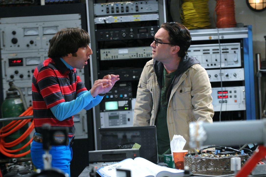 Geraten wegen Bernadette aneinander: Howard (Simon Helberg, l.) und Leonard (Johnny Galecki, r.) ... - Bildquelle: Warner Bros. Television
