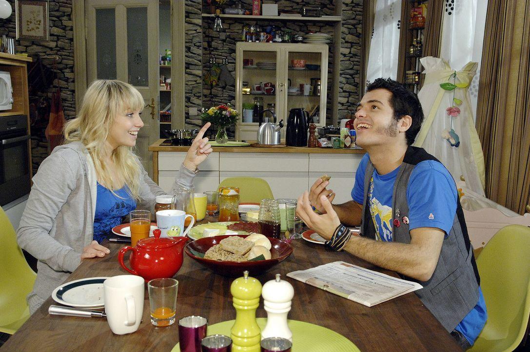 Um Lars ihre Liebe zu zeigen, ersinnt Lily (Jil Funke, l.) zusammen mit Maik (Sebastian König, r.) eine ganz besondere Idee ... - Bildquelle: Claudius Pflug Sat.1