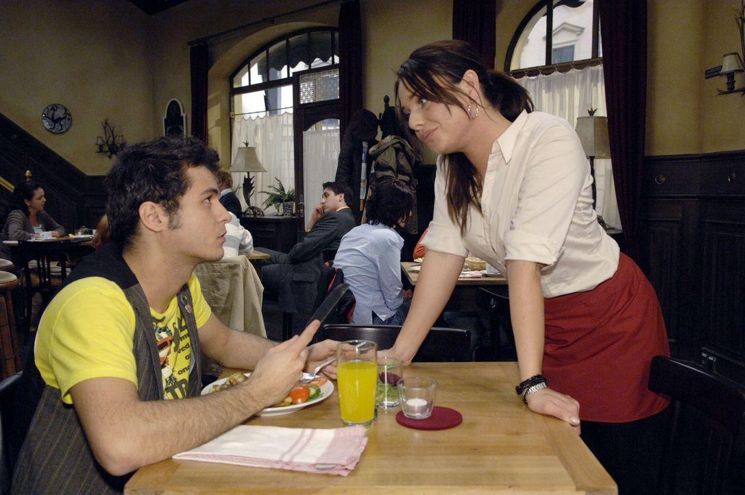 Maik (Sebastian König, l.) versucht Paloma (Maja Maneiro, r.) die Teilnahme am Casting auszureden. - Bildquelle: Claudius Pflug Sat.1