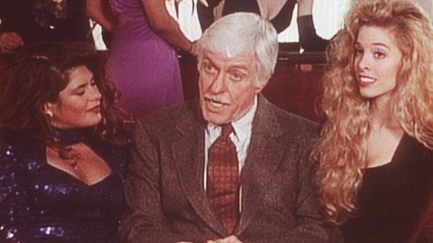 Bei seinen Ermittlungen landet Dr. Sloan (Dick Van Dyke, M.) in einem Edelpuf...