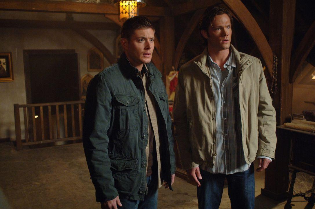 Machen sich auf die Suche nach Anna, die das Interesse der dämonischen Welt auf sich gezogen hat: Sam (Jared Padalecki, r.) und Dean (Jensen Ackles... - Bildquelle: Warner Brothers