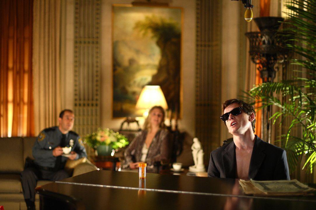 Charlie (Anton Yelchin, r.) stammt aus einem reichen Elternhaus und ist auf Streß programmiert. Eines Tages verliebt er sich in die brave Tochter d... - Bildquelle: 2007 KIMMEL DISTRIBUTION LLC. ALL RIGHTS RESERVED.