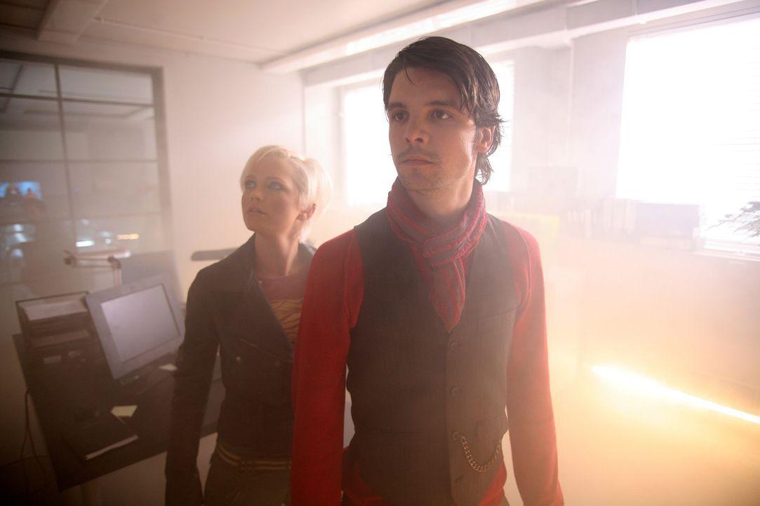 Durch ein mysteriöses Zeitportal sind Riesenwürmer in unsere Zeit eingedrungen. Connor (Andrew Lee Potts, r.) und Abby (Hannah Spearritt, l.) vers... - Bildquelle: ITV Plc