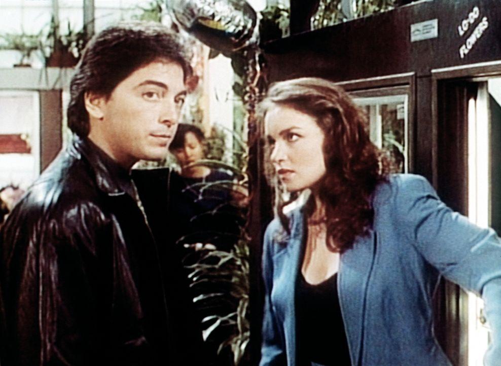 Dr. Jack Stewart (Scott Baio, l.) bittet seine Exfreundin Josie (Kristen Cloke, r.) um Hilfe. - Bildquelle: Viacom