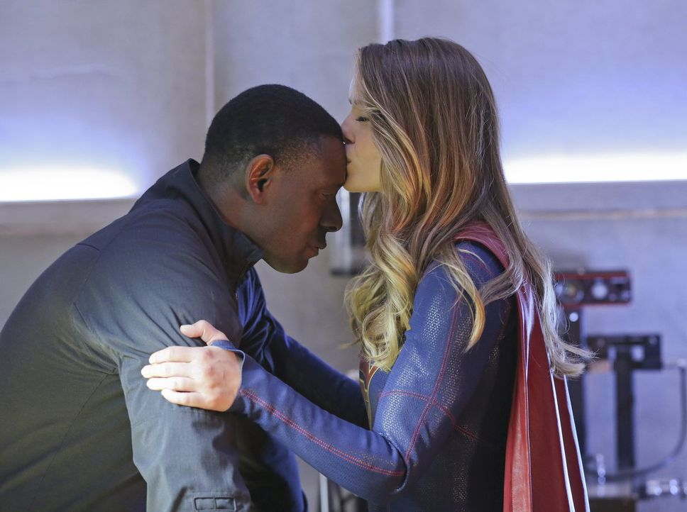 Als Non und Indigo beschließen, die Menschheit zu vernichten, sucht Kara alias Supergirl (Melissa Benoist, r.) den gefangenen J'onn J'onzz (David Ha... - Bildquelle: 2015 Warner Bros. Entertainment, Inc.