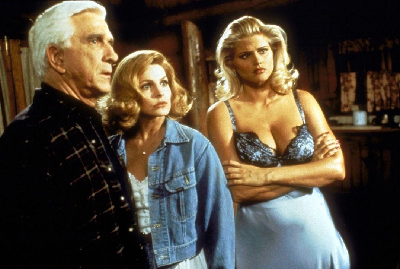 Fassungslos beobachten Frank (Leslie Nielsen, l.), Jane (Priscilla Presley, M.) und Tanya (Anna Nicole Smith, r.) das Geschehen ... - Bildquelle: Paramount Pictures