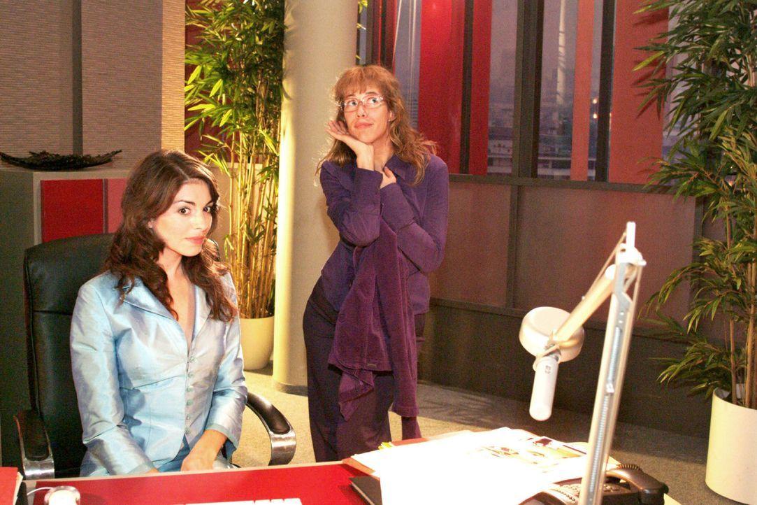 Lisa (Alexandra Neldel, r.) gibt alles, um Mariella (Bianca Hein, l.) davon zu überzeugen, für Kerima Moda zu modeln. (Dieses Foto von Alexandra N... - Bildquelle: Monika Schürle Sat.1