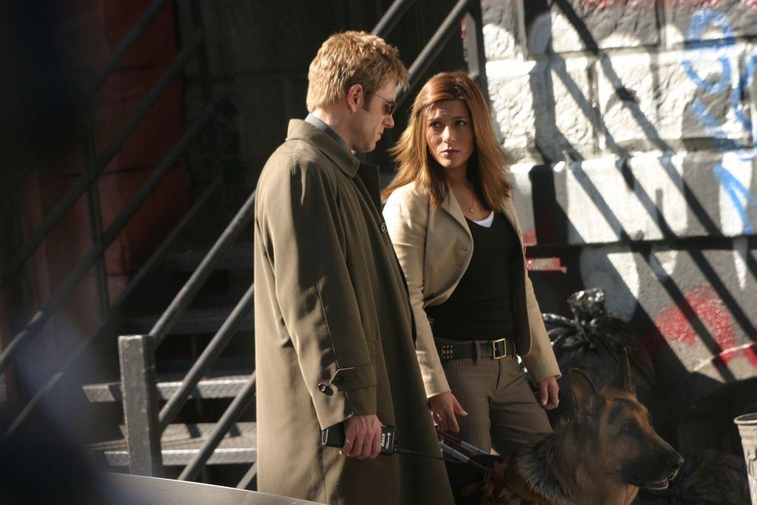 Detective Jim Dunbar (Ron Eldard, l.) und Detective Karen Bettancourt (Marisol Nichols, r.) untersuchen den Tatort, an dem ein junger Schwarzer - of... - Bildquelle: TM &   2006 CBS Studios Inc. All Rights Reserved.