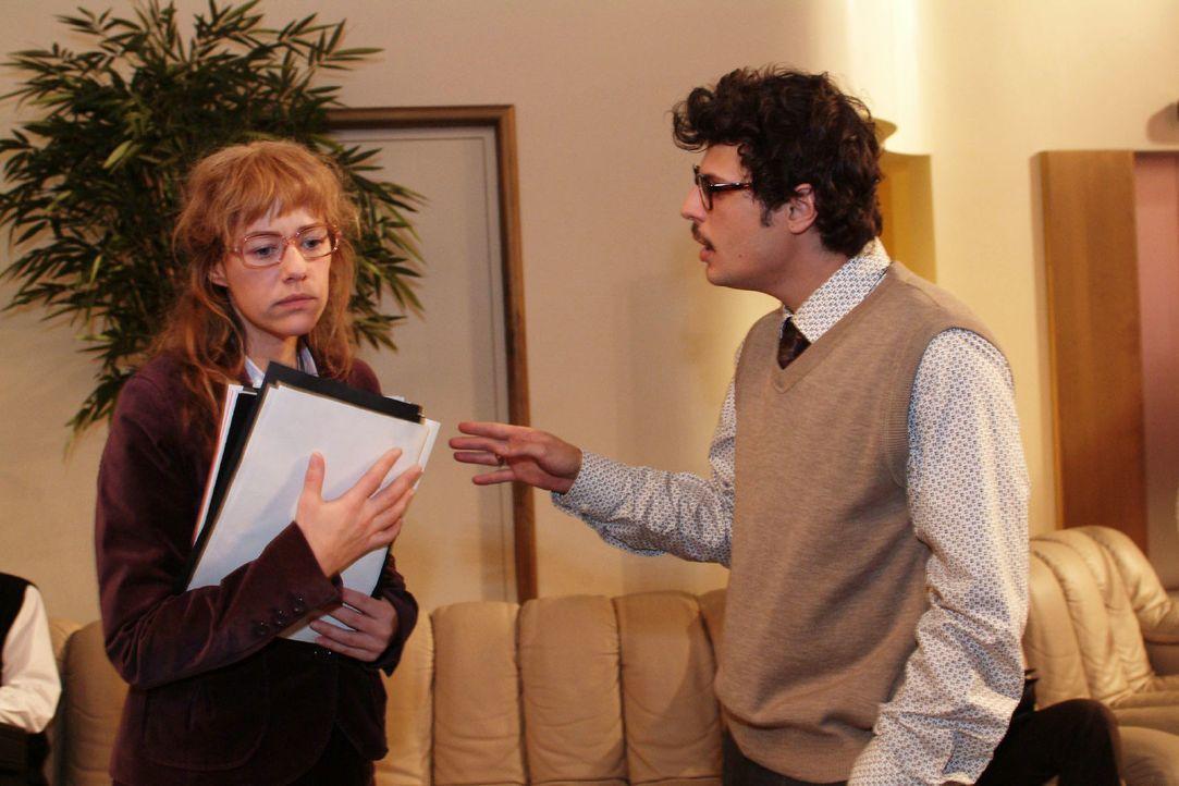 Lisa (Alexandra Neldel, l.) fühlt sich von dem selbstbewussten Rokko (Manuel Cortez, r.) provoziert - und gerät mit ihm aneinander. (Dieses Foto von... - Bildquelle: Monika Schürle Sat.1