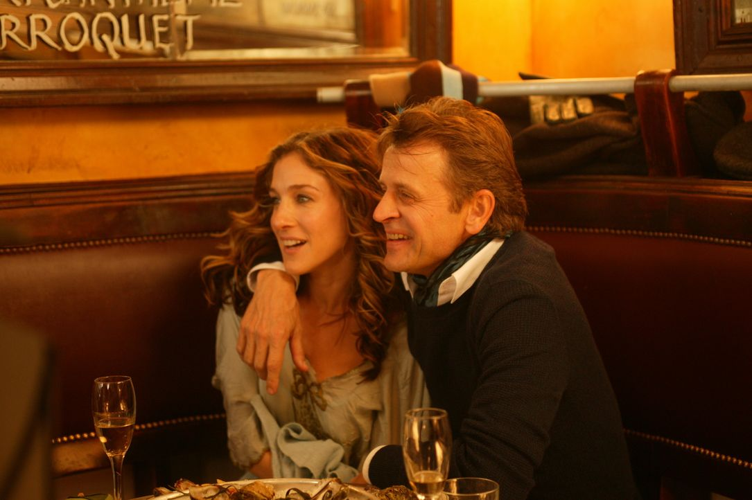 Nach und nach versucht Carrie (Sarah Jessica Parker, l.), Aleksandr (Mikhail Baryshnikov, r.) mehr an ihrem Leben teilhaben zu lassen ... - Bildquelle: Paramount Pictures