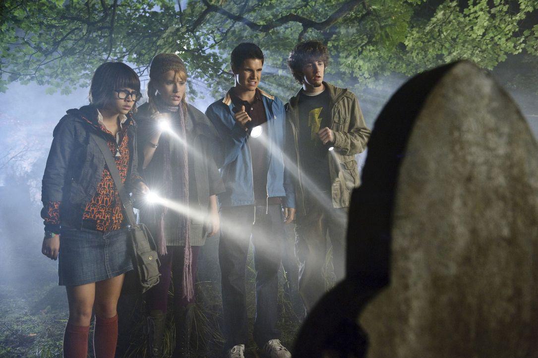 Machen sich auf die Suche nach den Spukgestalten und stoßen dabei auf Wesen mit leuchtenden Augen und längst vergangene Geheimnisse: (v.l.n.r.) Ve... - Bildquelle: 2009   Warner Brothers