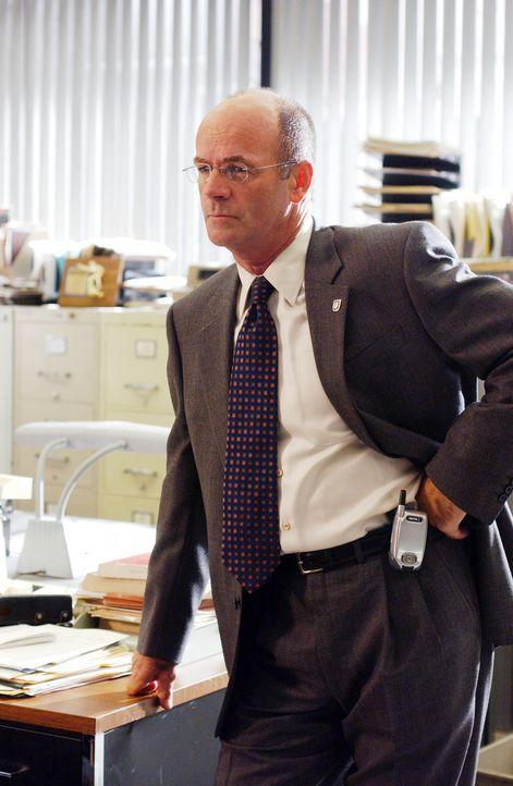 John Stillman (John Finn) soll einen diffizilen Fall lösen ... - Bildquelle: Warner Bros. Television