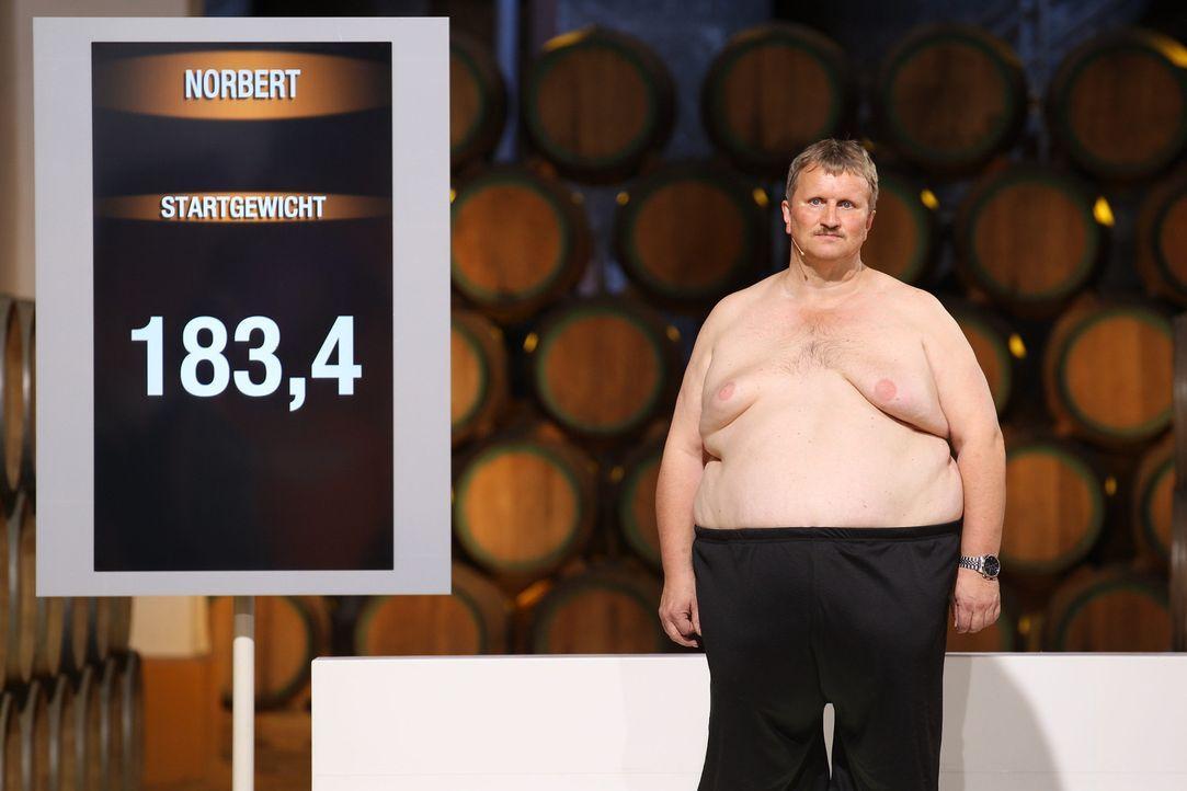 """Die Kandidaten von """"The Biggest Loser"""" müssen zuallererst auf die Waage, um ihr Startgewicht zu ermitteln. Danach gilt es, alles zu geben, um eines... - Bildquelle: Enrique Cano SAT.1"""