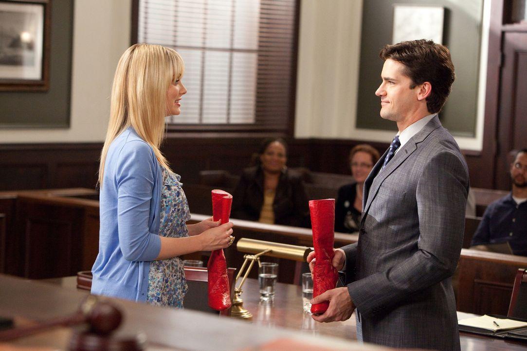 Stacy (April Bowlby, l.) steht vor Gericht, weil sie ihren Serienpartner geohrfeigt hat und Grayson (Jackson Hurst, r.) verteidigt sie ... - Bildquelle: 2011 Sony Pictures Television Inc. All Rights Reserved.